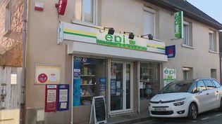 Dans la Sarthe, une femme a réussi à sauvé son épicerie grâce à une lettre adressée aux habitants. (FRANCE 2)