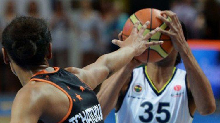 L'Américaine de Fenerbahçe Angel Mac Caughtry face à la Berruyère Diandra Tchatchouang  (PAVEL LISITSYN / RIA NOVOSTI)