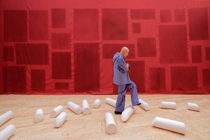 """Vue de l'exposition d'Ulla von Brandenburg, """"Le Milieu est bleu"""", au Palais de Tokyo. La première """"cabane"""" est rouge. (photo : Aurélien Mole)"""
