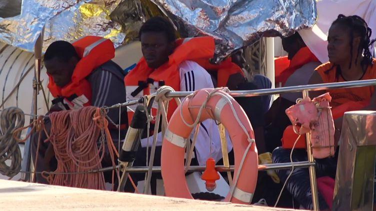 Migrants africains à leur arrivée au port italien de l'île de Lampedusa, après plusieurs jours d'errance en Méditerranée. Photo prise le 6 juillet 2019. L'ancien président du conseil italien Matteo Salvini avait fermé les ports italiens aux demandeurs d'asile. (- / LOCAL TEAM )