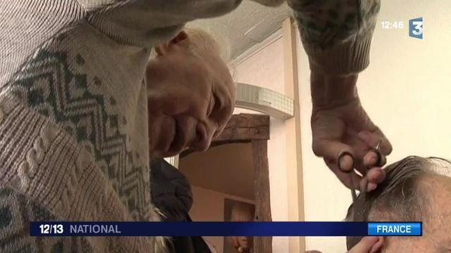 René, 92 ans et plus vieux coiffeur de France, a pu reprendre son activité