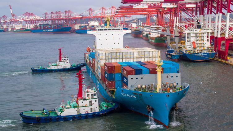 Un porte-conteneurs dans le port de Qingdao, en Chine, le 17 mai 2019. (AFP)