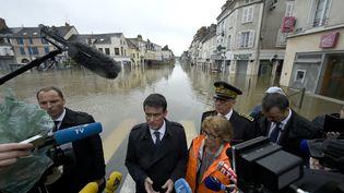 Valérie Lacroute, députée maire (LR) de Nemours, et Manuel Valls le 2 juin 2016 (LIONEL BONAVENTURE / AFP)