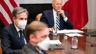 Le président américain Joe Biden et le secrétaire d'Etat Anthony Blinken (à sa droite) à la Maison Blenche à Washington le 1er mars 2021 (POOL / GETTY IMAGES NORTH AMERICA)