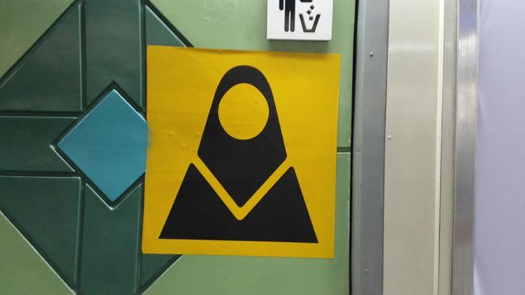 (Dans le métro de Téhéran, les rames pour les femmes, femmes voilées, sont signalées par un panneau @ Radio France / Mathilde Lemaire)