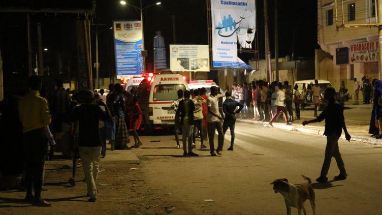 Les secours sur les lieux de l'attaque d'un hôtel par des islamistes shebabs à Mogadiscio (Somalie), le 17 août 2020. (SADAK MOHAMED / ANADOLU AGENCY)