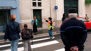 Christian Estrosi veut mettre un policier municipal dans chacune des écoles niçoises. Ci-contre, un policier municpal à la sortie d'une école (photo d'illustration). (MAXPPP)