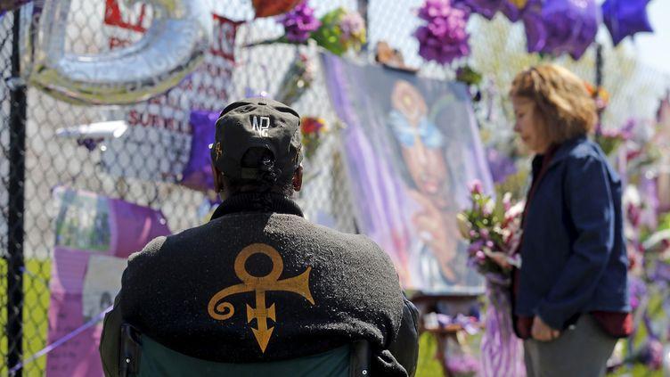 Les fans de Prince lui rendent hommage devant sa maison de Paisley Park, à Chanhassen, dans l'Etat duMinnesota, le 22 avril 2016. (ERIC MILLER / REUTERS)