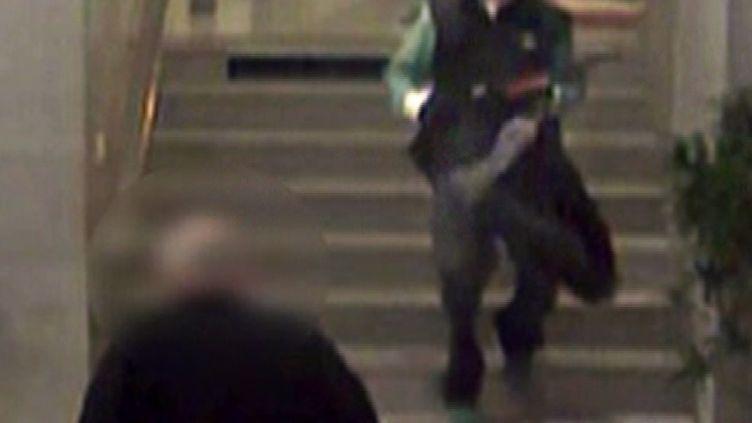 Image de la caméra de vidéosurveillance de BFMTV, où l'on voitChristian Aurenche croiser la route de l'homme qui a menacé des employés de BFMTV, vendredi 15 novembre au matin, à Paris. (BFMTV)
