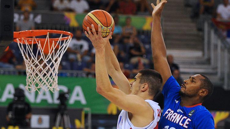 Boris Diaw au contre sur le Serbe Nikola Kalinic (JORGE GUERRERO / AFP)