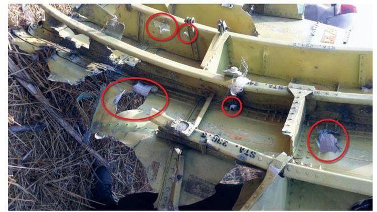 """Capture écran du rapport du Bureau d'enquête pour la sécurité néerlandais, qui montre des trous dans la carlingue du vol MH17, perforée par des """"projectiles à grande vitesse"""". (DCA)"""