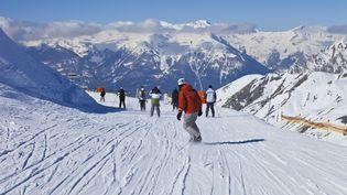 Des skieurs sur une piste de la station de Vars (Hautes-Alpes), le 21 février 2013. (GARDEL BERTRAND / HEMIS.FR / AFP)
