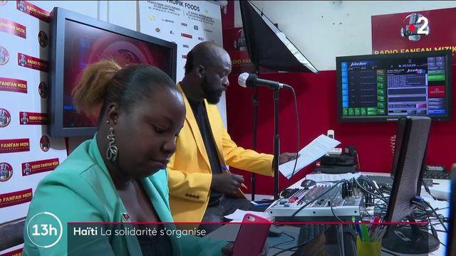 Le bilan s'alourdit encore après le séisme qui a frappé Haïti. Plus de 1 400 morts désormais. L'émotion est palpable au sein de la communauté haïtienne de France. Près de Paris, une radio locale se mobilise pour récolter des informations et ainsi aider des familles à retrouver leurs proches.