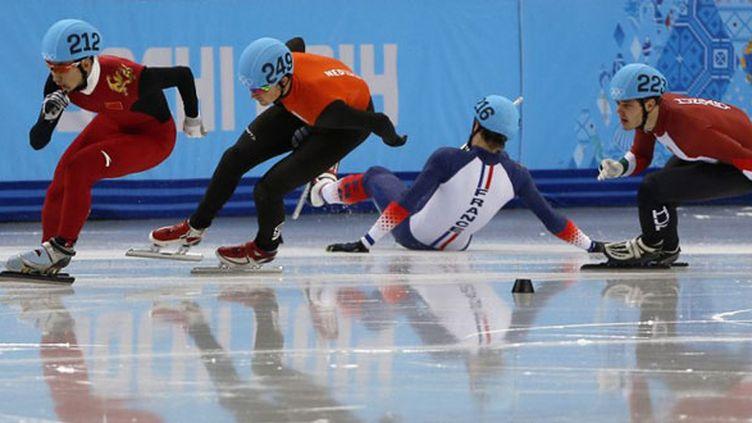 Le Français Sébastien Lepape, poussé par le Néerlandais Van der Wart, chute en séries du 1000m, mais il sera repêché par le jury