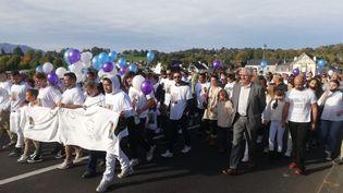 800 participantsont défilé dans les rues de Nay (Pyrénées-Atlantiques), le 17 octobre 2021, pourà saluer la mémoire de Mathis, 13 ans, mort après un malaise cardiaquequatre jour auparavant. (CORENTIN DEBUIRE / FRANCE BLEU BEARN BIGORRE)