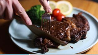 Un couteau en bois capable de couper de la viande. (CAPTURE D'ÉCRAN BO CHEN)