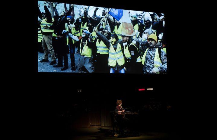 """Les """"gilets jaunes"""" font irruption sur les écrans du Théâtre de la Ville, dans l'adaptation de """"Retour à Reims"""" de Thomas Ostermeier.  (Thomas Samson / AFP)"""