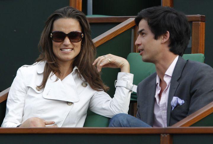 Pippa Middleton et un ami, lors d'un match du tournoi de Roland Garros, à Paris, en mai 2011. (PATRICK KOVARIK / AFP)