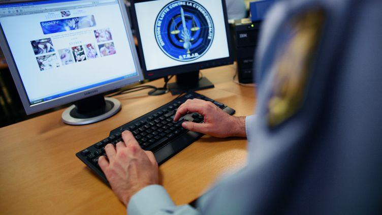 Un gendarme de la Division de lutte contre la cybercriminalité. (THOMAS COEX / AFP)