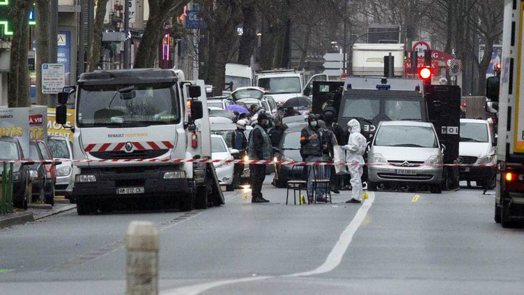 Les enquêteurs sur les lieux de la fusilladen à Montrouge (Hauts-de-Seine), le 8 janvier 2015. ( ANADOLU AGENCY / AFP)