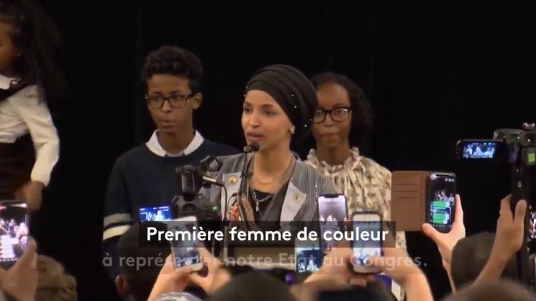Les élections de mi-mandat aux États-Unis ont donné lieu à l'élection d'Ilhan Omar, une réfugiée somalienne, au Congrès américain. Portrait. (FRANCEINFO)