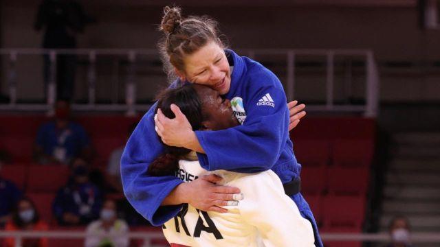Battue par cette même Tina Trstenjak en finale des J.O. de Rio 2016, Clarisse Agbégnénou n'est pas rancunière. Tout juste championne olympique, la porte-drapeau française enlace son adversaire... Quelle classe !