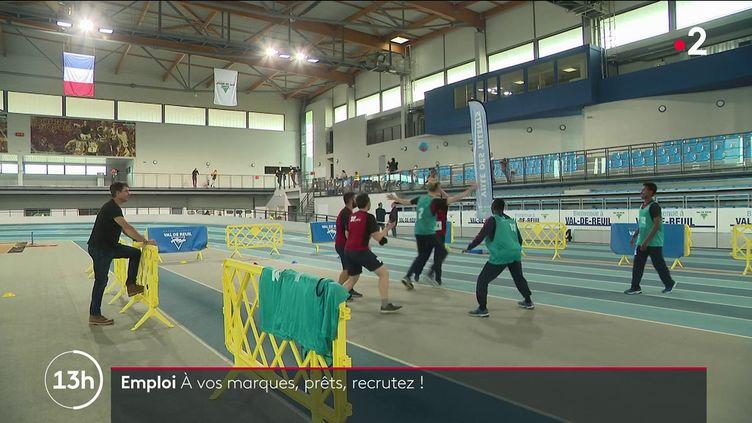 Emploi : des entretiens d'embauche sportifs pour tester l'esprit d'équipe (FRANCE 2)
