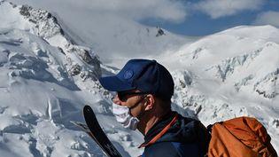 Un skieur portant un masque à Chamonix (Haute-Savoie), en mai 2020. Photo d'illustration. (PHILIPPE DESMAZES / AFP)
