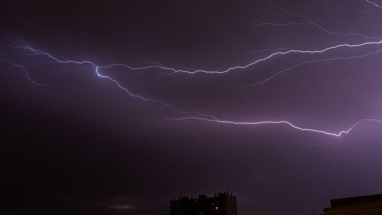 Un orage pris en photo le 18 juillet 2015 à Toulouse (Haute-Garonne). (MAXIME REYNI / CITIZENSIDE.COM / AFP)