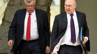 Christian Eckert et Michel Sapin, le 5 avril 2017 à l'Elysée. (BERTRAND GUAY / AFP)