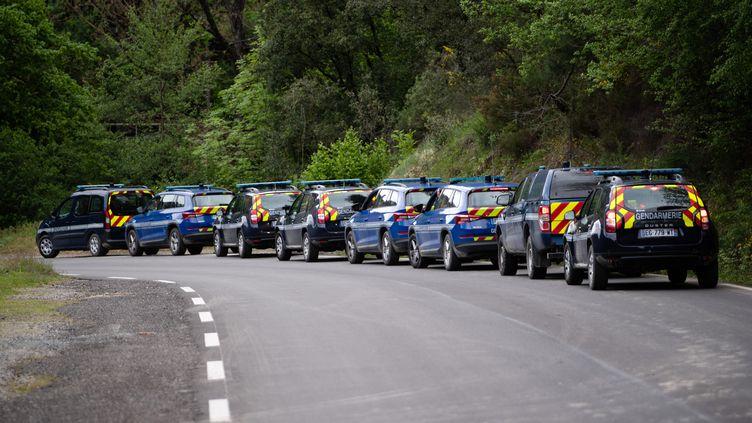 Des véhicules de gendarmes engagés dans les recherches pour tenter de retrouver Valentin Marcone, le 13 mai 2021 à Saumane (Gard). (CLEMENT MAHOUDEAU / AFP)
