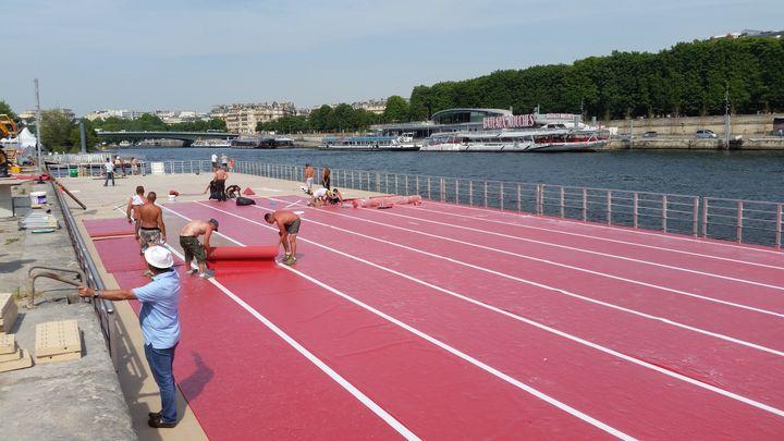 L'installation de la piste d'athlétisme sur une barge flottante a pris plusieurs jours. (Cécilia Arbona / Radio France)