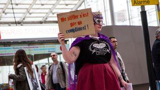 Une femme proteste contre le harcèlement Gare du Nord à Paris, le 16 avril 2015. (THOMAS HELARD / CROWDSPARK)