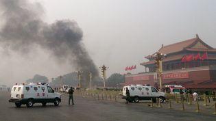 Un 4x4 en feu place Tiananmen, le 28 octobre 2013, à Pékin (Chine). (AFP)