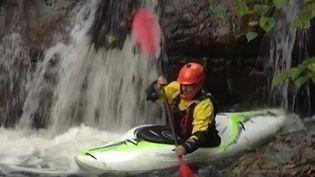 Des amateurs de kayak extrême. (CAPTURE D'ÉCRAN FRANCE 3)
