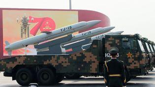 Des véhicules militaires transportant des missiles de croisière anti-navires et d'attaque terrestre YJ-18 place Tiananmen, à Pékin (Chine),le 1er octobre 2019. (ANNA RATKOGLO / SPUTNIK / AFP)