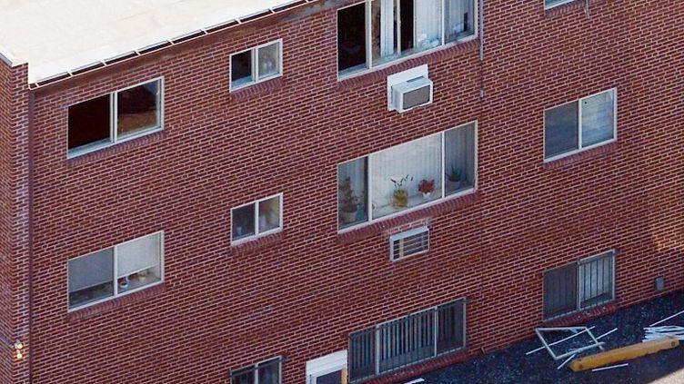 L'appartement de James Holmes, l'Américain suspecté d'avoir perpétré une tuerie dans un cinéma d'Aurora, au Colorado (Etats-Unis), lors du déminage des lieux, le 22 juillet 2012. (KEVORK DJANSEZIAN / GETTY IMAGES)