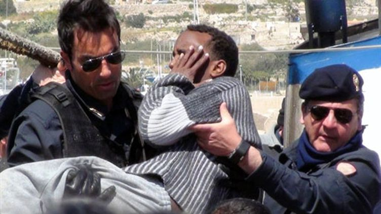 Un immigrant clandestin secouru à Lampedusa après le naufrage d'un bateau venu de Libye (6 avril 2011) (AFP / Mauro Seminara)