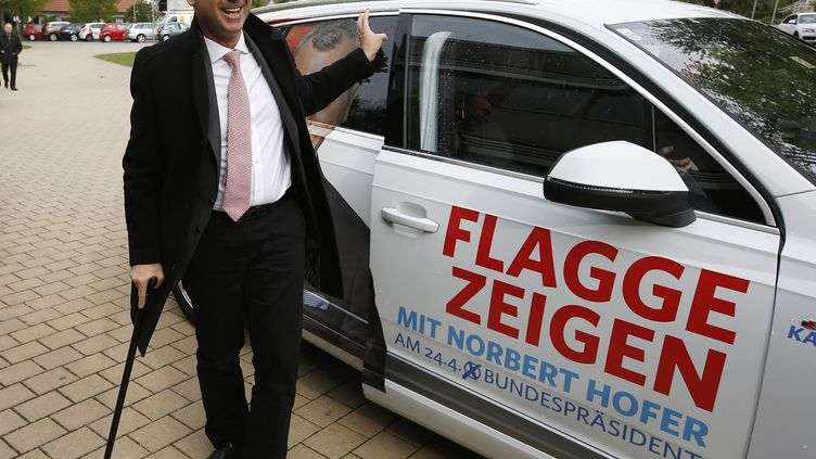 Norbert Hofer,candidat du parti autrichien FPÖ (extrême droite), alors qu'il s'apprête à voter àPinkafeld, à 120 km de Vienne (Autriche), le 24 avril 2016. (DIETER NAGL / AFP)