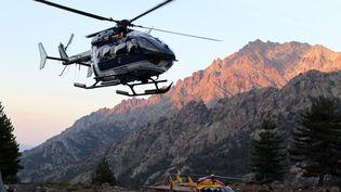 Des hélicoptères sont mobilisés après la coulée de boue qui a fait au moins trois morts sur le GR20, près d'Asco (Haute-Corse), le 10 juin 2015. (PASCAL POCHARD CASABIANCA / AFP)
