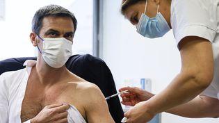 Le ministre de la Santé, Olivier Véran, se fait injecter une dose du vaccin AstraZenaca contre le Covid auGroupe hospitalier Sud Ile-de-France, à Melun (Seine-et-Marne), le 8 février 2021. (THOMAS SAMSON / AFP)