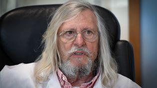 Le professeur Didier Raoult, directeur de l'IHU Méditerranée Infection, dans son bureau à Marseille, le 26 février 2020. (GERARD JULIEN / AFP)