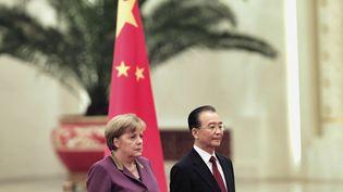 La chancelière allemande, Angela Merkel, et le Premier ministre chinois, Wen Jiabao, le 2 février 2012 à Pékin (Chine). (LINTAO ZHANG / AP / SIPA)