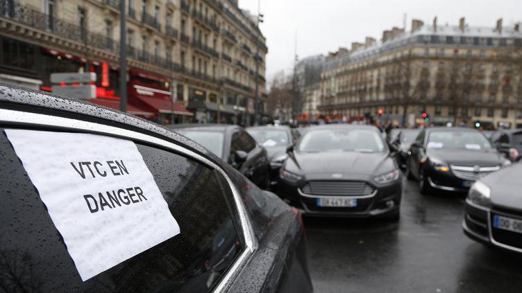 Des VTC mobilisés contre les mesures pro-taxis, jeudi 4 février à Paris. (THOMAS SAMSON / AFP)