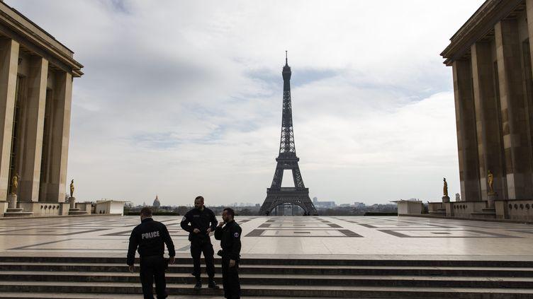 L'esplanade du Trocadéro, désertée en dehors d'une patrouille de police, le 17 mars 2020. (ALEXIS SCIARD / MAXPPP)