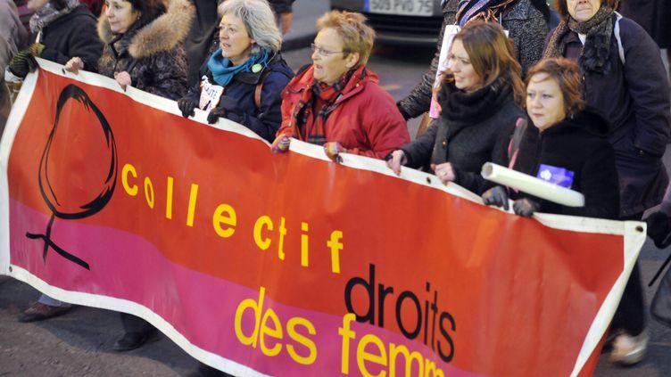 Une manifestation à l'occasion du lancement de la 3e Marche mondiale des femmes, le 8 mars 2010, à Paris. (MEHDI FEDOUACH / AFP)