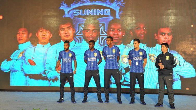 Alex Teixeira (à gauche), le plus gros transfert de ce mercato hivernal 2015-2016, avec ses compatriotes Ramires et Jo notamment, sous les couleurs du Jiangsu Suning (LIU JIANMIN / IMAGINECHINA)