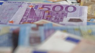 Des billets en euros photographoé à Briançon (Hautes-Alpes), le 19 avril 2021. (THIBAUT DURAND / HANS LUCAS / AFP)