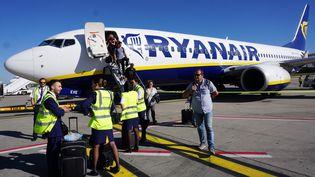 Des stewards de la compagnie Ryanair sur le tarmac de l'aéroport de Bruxelles (Belgique), le 27 septembre 2018. (EMMANUEL DUNAND / AFP)