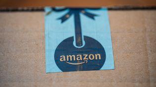 Un colis Amazon, livré à domicile, à Paris, le 17 novembre 2020. (AMAURY CORNU / HANS LUCAS / AFP)